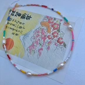 perlehalskæde 4 🐚 ferskvandsperler  Multifarvede perler  Mål: 37,5 cm Lås: Forgyldt sterlingsølv (26kr i indkøb) Prisen er inkl Porto med postnord   #trendsalesfund   Se mine andre annoncer med smykker