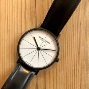 Klassisk ur fra Larsen & Eriksen. En anelse slitage på remmen, men fremstår ellers i god stand. Diameter på 41mm. Nypris 1000 kroner.