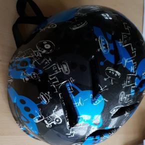 Abus cykelhjelm eller skaterhjelm i str. 51-55 cm. Kan justeres. Har ikke skader, der påvirker sikkerhed. Sender gerne ved køb for mere end 150 kr. # rulleskøjter # cykel # løbehjul # skate