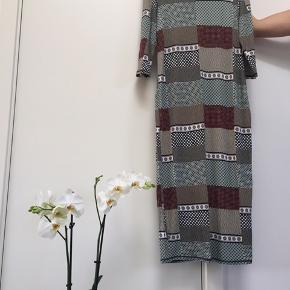 Lækker, blød og meget strechy kjole fra MONKI. Går til midten af skinnebenet for en 174 cm.