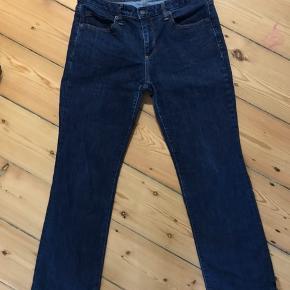 Rigtig fine jeans.  Benlængde målt fra skridt og ned er 70 cm Livvidde 2x38 cm Der står str petite 29 i dem.  Fra ikke rygerhjem.