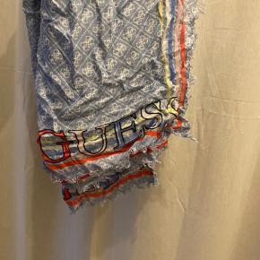 🤍 GUESS TØRKLÆDE 🤍  Sælger dette fine Guess tørklæde, som jeg (desværre) ikke får brugt. Det er som nyt!   Byd gerne - skal bare af med det 🖤