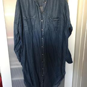 Varetype: Andet Størrelse: ONE SIZE Farve: Blå Oprindelig købspris: 600 kr.  Fin denim skjortekjole fra Tiffany