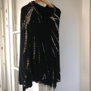Brand: Intet Varetype: Maxi Farve: Sort  Batik nederdel a la Rabens Saloner. Købt i Miami 2018. Kan sættes med slidserne i siderne eller for/bag (så vil nederdelen gå lidt ned i en spids). Kan også trækkes op som en stropløs kjole. Virkelig fin, men desværre for stor til mig. Se også mine andre skønne annoncer 💜