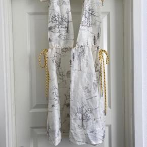 Ganni tegning kjole i silke og hør. Meget justerbar blandt andet fortil. Passer flere størrelser.  Se flere billeder i kommentarsporet.  Bytter ikke.