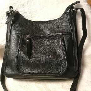 Fin sort lædertaske med lynlås og to indvendige lommer, samt læderrem.