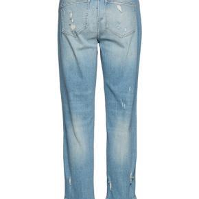 Super fede lyse jeans med slid.  Masser af stretch og 7/8 del længde.  Brugt en enkelt gang.  Str. 29 - svarer til str. 40/42 Nypris 900,-