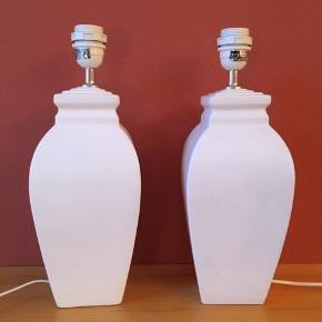 To store, flotte bordlamper af mærket Val di Taro.  Højde 35 cm u/fatning, 40 cm m/fatning. Lamperne er af hvid fajance og er i fin stand, de fremstår som nye. Bordlamperne er monteret med 150 cm ledning med afbryder. De har lyst filt i bunden. Prisen er 200 kr for én lampe. Sendes gerne med GLS for 53 kr. Tager MobilePay.