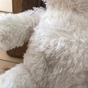 """En masse søde build a bear bamser + en masse tøj og tilbehør. En af bamserne har en skade (se billede) men ellers er de meget velholdte! Obs nogen er med lyd i, som fx """"i love you"""". Der er ca en halv sæk tøj og tilbehør."""