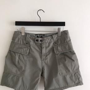 Army shorts i washed look fra RAER. Fin stand. super flotte med et op buk forneden . Passer s/m.  Nypris 1300kr