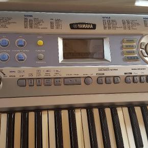 Yamaha keyboardportable grand DGI-200. Har en del brugsskader. Men fungere helt som den skal. Mangler dog adapteren. Men et alm dc 12 volt stik kan gøre det og ellers kan den køre på batterier.