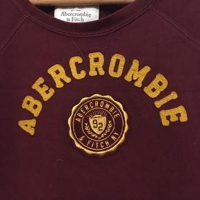 Flot bordeaux sweatshirt fra Abercrombie, der står large i trøjen men den er lille i størrelsen - eller beregnet til at sidde meget tæt? Jeg er en 38 og passer den fint. Pæn brugt stand. Længde 60cm, bryst 104cm.  100kr Kan hentes Kbh V eller sendes for 38kr DAO