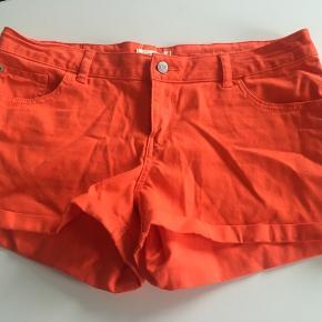 Str 42 Orange Str 40 pudder Rosa Shorts😇 2 par kr 70 Smart billigt sommer sæt med den blomstret skjorte jeg har til salg 🌺