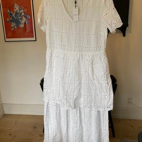 Fin kjole i luftigt stof. 130 cm lang.   5