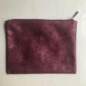 🌷 Lækker toilet / make-up taske / pung fra Rudd i shiny rosa farve. God og rummelig med følgende mål:  20 x 25   Den er fuldstændig ny og aldrig taget i brug (!)   ♻️🌞 Bytter ikke og prisen er fast   🌍 Afhentes på Nørrebro  💌 Kan sendes for 33 kr med DAO