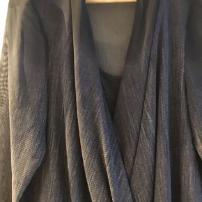 QUE Smuk bluse. Wrap og top indenunder. Viskose/elastane. Nypris 800,-