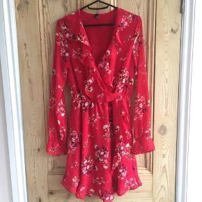 H&M rød wrap kjole, med blomster til salg.