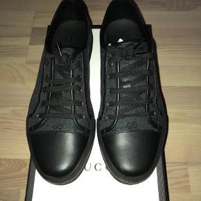 Sælger disse lækre Gucci sko, som er helt nye, men har lige prøvet dem på, så kan godt sige cond 9.5/10.  NP: 510€ (købt i Italien) ca. 3800kr   MP: 2300kr   Skriv hvis i vil have flere billeder eller har spørgsmål :)  Sneakers Farve: Sort Oprindelig købspris: 3800 kr. Kvittering haves