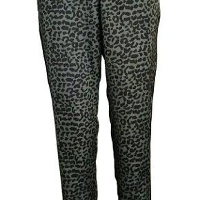 Super fin stand. Army og sort. Dejlige lette og luftige bukser, der ikke krøller nemt. Brugt et par gange. Str m