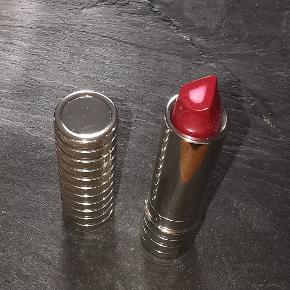 Dramatically Different Lipstick giver mere end bare farve. 3D-perlemorskernen skulpterer og konturerer øjeblikkeligt og får straks læberne til at synes glattere. Over tid forbedres læbernes definition. Aldrig åbnet.  Nypris: 190,-