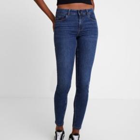 Brugt og vasket en gang. Modellen er VMSEVEN shape up jeans, skinny fit, Dark blue denim. Small og 32 i benlængde