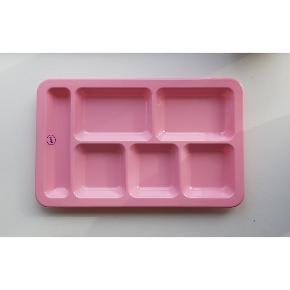 """Skøn """"kantinebakke"""" fra HAY i pink. Lavet i hård plast, fin til madvarer, hårdutter eller makeuporganisering. Måler 29x18cm."""