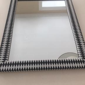 Fint sort og hvidt spejl. Mål: 46x36 cm