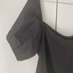Basic sort t-shirt med pufærmer fra H&M 🤍  - str. XL  - næsten som ny - nypris 99,-  Se også mine andre fine annoncer. Sælger billigt ud og giver gerne mængderabat 🌸