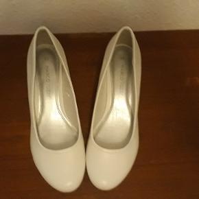 Marco Tozzi pumps, str. 39. Skoen er af syntetisk læder, de har kilehæl, 4 cm høj.