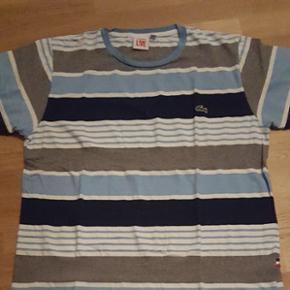 Original T-shirt LACOSTE L!VE T.7 / XxLcouleur rayé (Bleu clair.bleu foncé. gris et blanc) neuf jamais porté dans son emballage d'origine.
