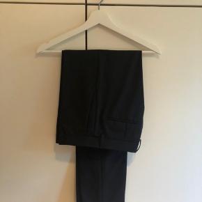 Calvin Klein suit-bukser, str. 46 Brugt 2 gange, rigtig god stand Farve: sort Lagt en smule op i længden   Nypris: 1000kr