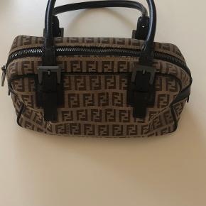 Super fin lille taske. Få brugsspor. Har serienummer.