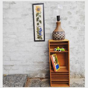 Farverig broderet solsikke i smal træramme (h: 51, b: 15,5cm) 🌻 Smuk rustik keramik bordlampe fra West Germany (h: 32cm) 💡🕯  Lampen 200kr, billedet 125kr