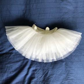Ballettøj - Tutu fra Intermezzo og dragt. Begge brugt, men meget velholdt. Flere sæt hvide trikots fra H&M medfølger.