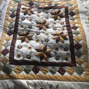 Smukt vintage quilted sengetæppe. Delvist håndquilted så vidt jeg kan se. Meget smuk farveskala. Quilten på forsiden er en smule skinnende i stoffet, jeg ved ikke hvad det er, måske taft eller thaisilke. Tæppet er forholdsvis tykt. Bomuld på bagsiden. Cirka 2x2 meter. Mp 700 plus porto som jo nok koster omkring de 100, da det fylder lidt 😊