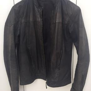 Fed læderjakke, som er brugt og derfor har fået patina, men det klær kun jakken :-)