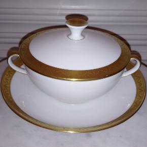 Bing & Grøndahl bouillonkop med fornem gulddekoration - perfekt til at servere natmad til dine gæster, når du vil signalere, at nu er festen ved at skulle slutte. Vi har 8 sæt til salg, og den annoncerede pris er pr. stk. På de sidste billeder vist ovenpå Rosenthal tallerkner