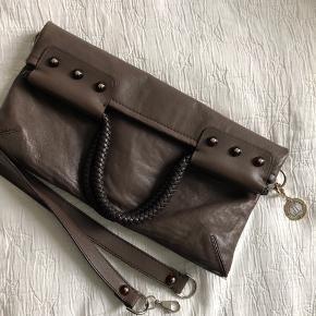 Lanvin taske med aftagelig rem- kan bruges som top-handel, crossbody og clutch. Fremstår uden synlige brugsspor. Købt i Birger Christensen.
