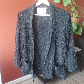 Cooperative bluse/cardigan med 3/4 ærmer. Købt i Urban Outfitters.