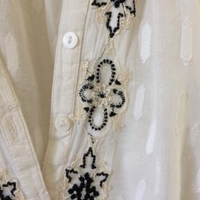 Så fin skjorte med blondeeffekter i sort og hør - så fin og i lækkert bomuld