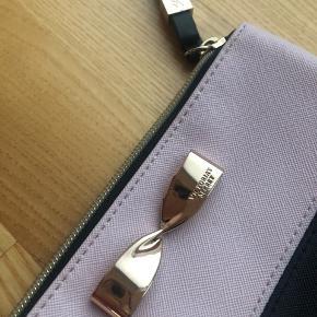 Ny Victorias secret pung/makeup taske.  Måler 20 cm i bredden. Lukkes med lynlås, remmen kan tages af.  Fejler intet.