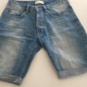 """Brand: Samsøe Samsøe Varetype: Denim shorts Størrelse: 28"""" Farve: blå Oprindelig købspris: 500 kr.  Super lækre denim shorts. Fin stand."""