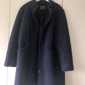 Dejlig frakke. Normal str XL. Skjult lynlås. 50% uld og 50% polyester.  Bytter ikke...  Mp 400 på