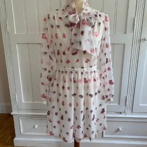 Super smuk kjole fra Paul & Joe, købt i Paris og stadig i butik. Kjolen er i chiffon med det smukeste broderi (roser). Brugt én aften i 6 timer. Fransk størrelse 38, hvilket svarer til en dansk str. 36.  Se også mine andre fine ting fra Kenzo og Mulberry.