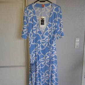 Varetype: Skøn ny kjole  Størrelse: L/XL Farve: Blå, hvid Oprindelig købspris: 1200 kr.  Den sødeste nye kjole fra Du milde. Med slå om-effekt. Str. 3 - passes af str. L/XL.  Brystmål ca. 53 x 2 cm + stræk (lidt svær at måle) Længde ca. 101 cm  Handler helst via mobilpay Bytter ikke
