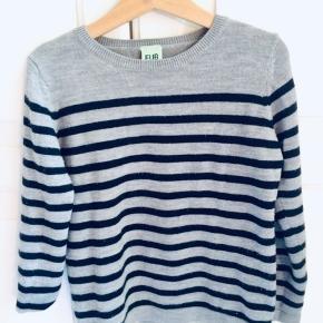 FUB-trøje i blødeste uld-mix med en klassisk Strib i mørkeblå. Str heder 120 men er lidt til den lille side, ca 110.  Fra ikkerygerhjem, kun vasket med uldvask på koldt/skåne program. Pasform og materiale helt blødt og  intakt. Nypris 549kr