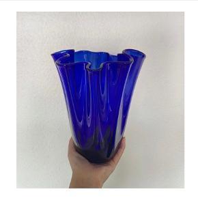 Flot blå tulipanvase / foldevase.  Fremstår perfekt stand, ingen skår.  Højde: 21 cm   Afhentes i Esbjerg
