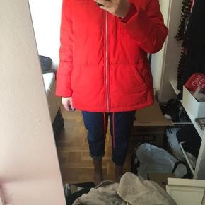 Lækker og tyk rød vinterjakke fra Envii. Brugt én vinter  #Secondchancesummer