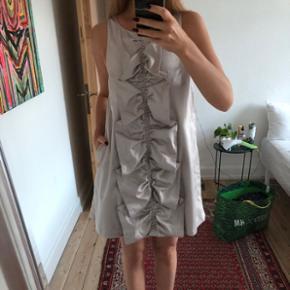 Sælger denne fine kjole, som jeg har brugt i forbindelse med en galla. Den er derfor kun brugt den ene gang.  Den har lommer i siderne, hvilket gør den endnu finere.   Den er god til sommerens fester, eller hvis du skal til bryllup og endnu ikke har fundet kjolen 🙈   BYD