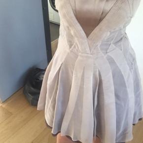 Skøn kjole i 100% silke med tylskørt - pudderfarvet